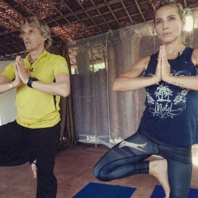 Jesús Calleja y Elsa Pataky haciendo yoga