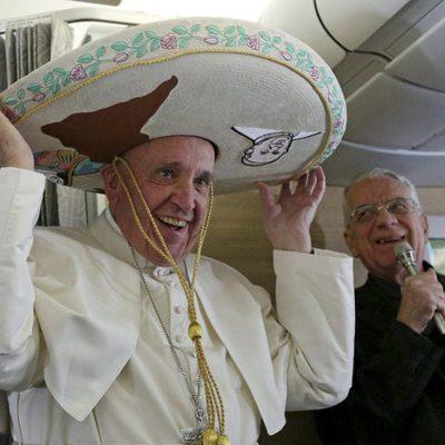 El Papa Francisco con un sombrero mexicano