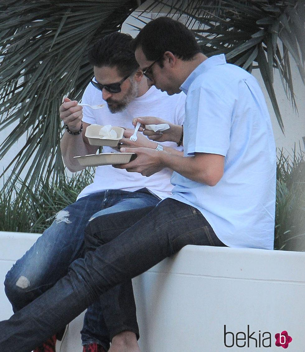 Joe Manganiello come en la calle con un amigo