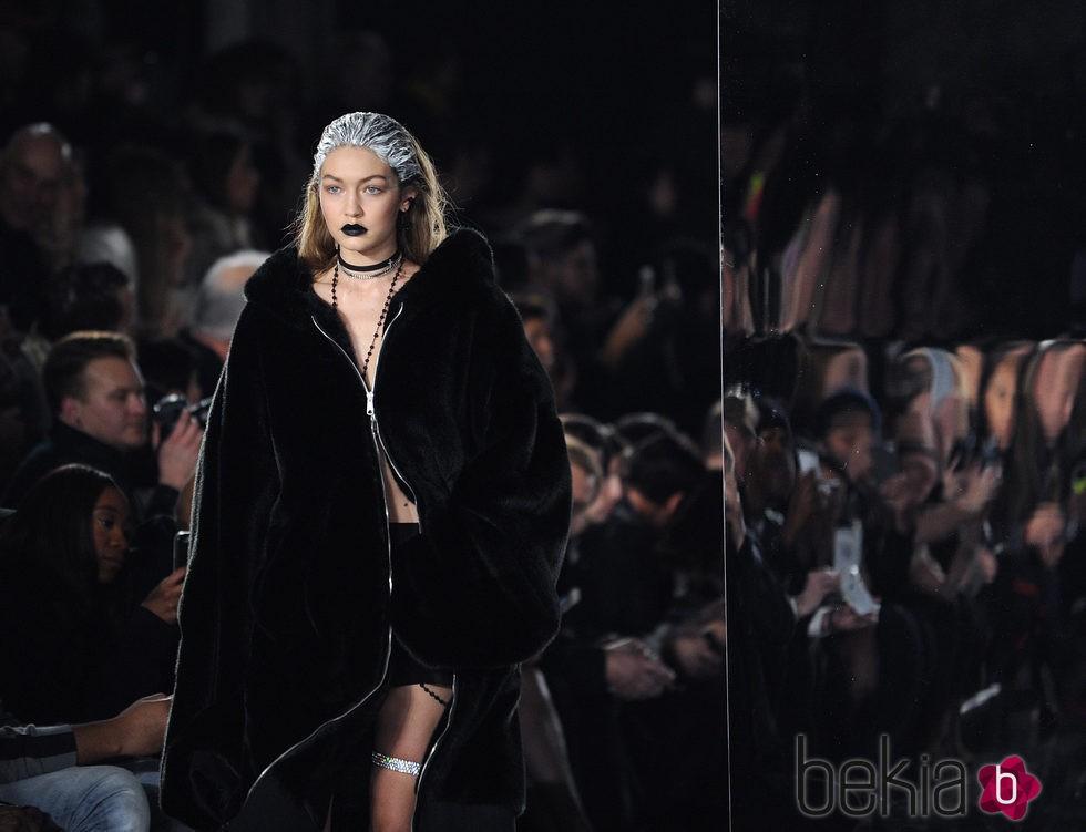 Gigi Hadid desfilando para la colección 'Fenty Puma' de Rihanna