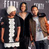 Rihanna con su madre y su hermano en la presentación de 'Fenty Puma'