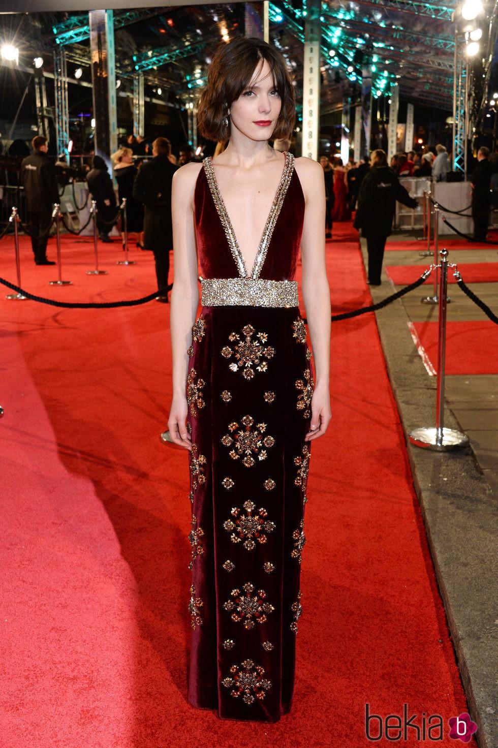 Stacy Martin en la alfombra roja de los BAFTA 2016