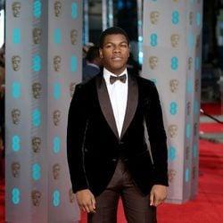 John Boyega en la alfombra roja de los BAFTA 2016