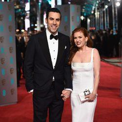 Sacha Baron Cohen e Isla Fisher en la alfombra roja de los BAFTA 2016