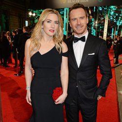 Kate Winslet y Michael Fassbender en la alfombra roja de los BAFTA 2016