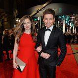 Eddie Redmayne y Hannah Bagshawe en la alfombra roja de los BAFTA 2016