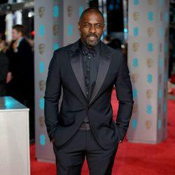 Idris Elba en la alfombra roja de los BAFTA 2016