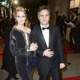 Mark Ruffalo y Sunrise Coigney en la alfombra roja de los BAFTA 2016