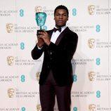 John Boyega con su BAFTA 2016 a estrella emergente