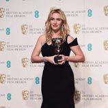 Kate Winslet con su BAFTA 2016 a Mejor actriz de reparto por 'Steve Jobs'
