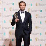 Leonardo DiCaprio con su BAFTA 2016 a Mejor actor por 'El Renacido'