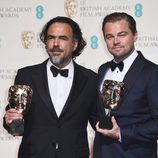 Leonardo DiCaprio y Alejandro G. Iñárritu con sus BAFTA 2016 por 'El Renacido'