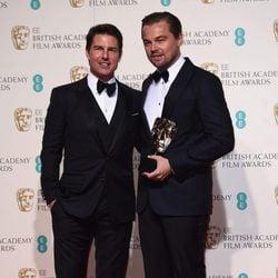 Leonardo DiCaprio con Tom Cruise y su BAFTA 2016 a Mejor actor por 'El Renacido'