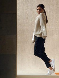 Victoria Beckham posando para su línea en la FW de Nueva York