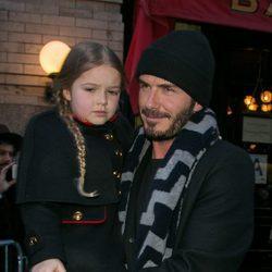 Harper Seven y David Beckham en el desfile de Victoria Beckham en la FW de Nueva York