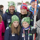 Haakon y Mette-Marit de Noruega con sus hijos Ingrid y Sverre en los Juegos Olímpicos de la Juventud de Lillehammer 2016