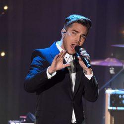 Adam Lambert actuando en la fiesta Clive Davis previa a los Grammy 2016