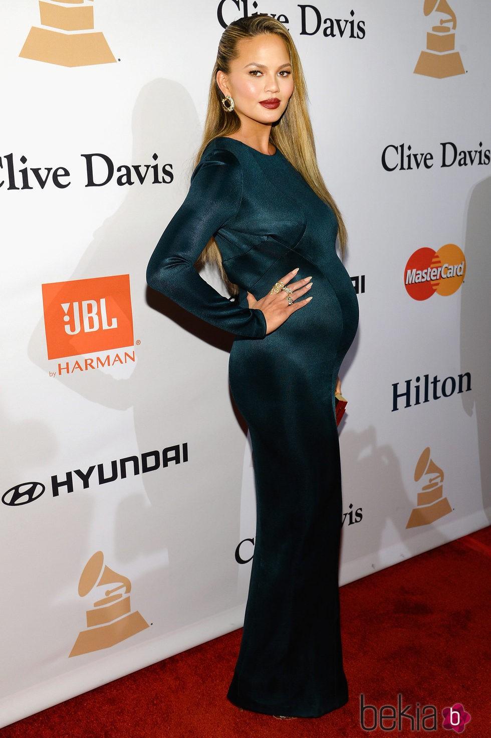 Chrissy Teigen luciendo embarazo en la fiesta Clive Davis previa a los Grammy 2016