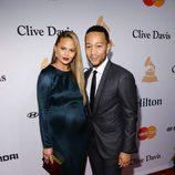 Chrissy Teigen y John Legend en la fiesta Clive Davis previa a los Grammy 2016