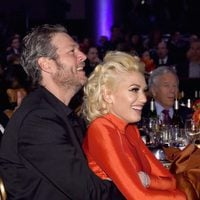 Gwen Stefani y Blake Shelton abrazados en la fiesta Clive Davis previa a los Grammy 2016