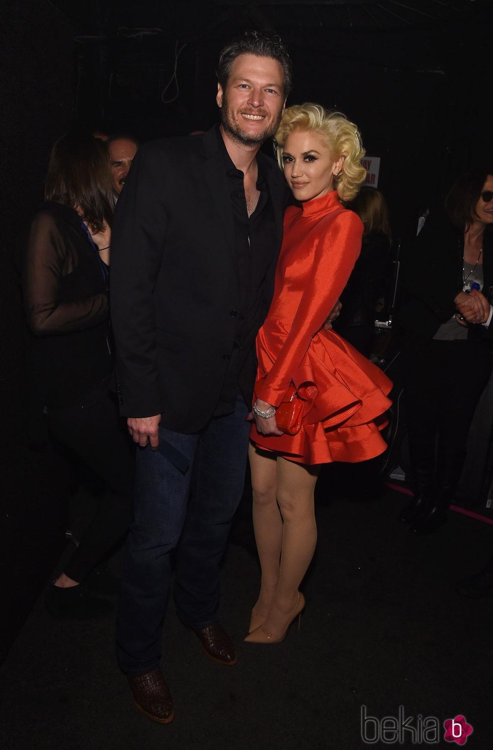 Gwen Stefani y Blake Shelton posando en la fiesta Clive Davis previa a los Grammy 2016