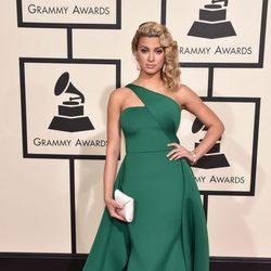 Tori Kelly en la alfombra roja de los Premios Grammy 2016