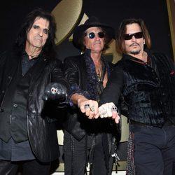 Johnny Depp, Alice Cooper y Joe Perry en la alfombra roja de los Premios Grammy 2016