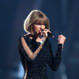 Taylor Swift durante su actuación en los Premios Grammy 2016