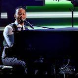 John Legend durante su actuación en los Premios Grammy 2016