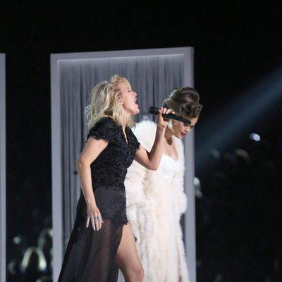 Ellie Goulding junto a Andra Day durante su actuación en los Premios Grammy 2016