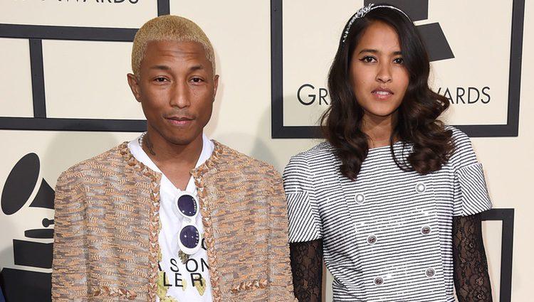 Pharrell Williams y Helen Lasichanh en la alfombra roja de los Premios Grammy 2016