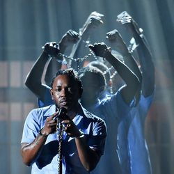 Kendrick Lamar durante su actuación en los Premios Grammy 2016