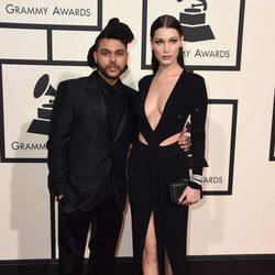 The Weeknd y Bella Hadid en la alfombra roja de los Premios Grammy 2016