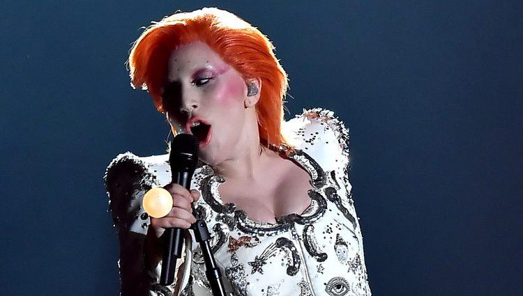 Lady Gaga rinde homenaje a David Bowie en su actuación en los Premios Grammy 2016