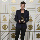 Mark Ronson posa con su Premio Grammy 2016