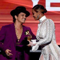 Beyoncé con Bruno Mars en la gala de los Premios Grammy 2016