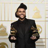 The Weeknd posa con sus dos Premios Grammy 2016