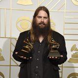 Chris Stapleton posa con sus dos Premios Grammy 2016
