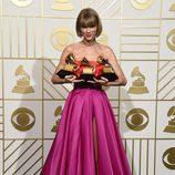 Taylor Swift posa con sus tres Premios Grammy 2016