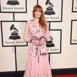Florence Welch en la alfombra roja de los Premios Grammy 2016