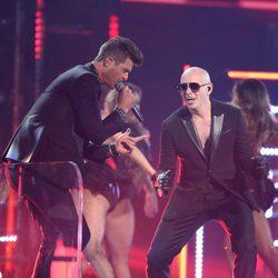 Robin Thicke en su actuación con Pitbull en la gala de los Premios Grammy 2016