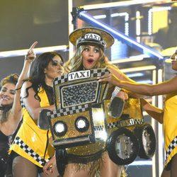 Sofia Vergara actuando en los Grammy 2016 vestida de taxi