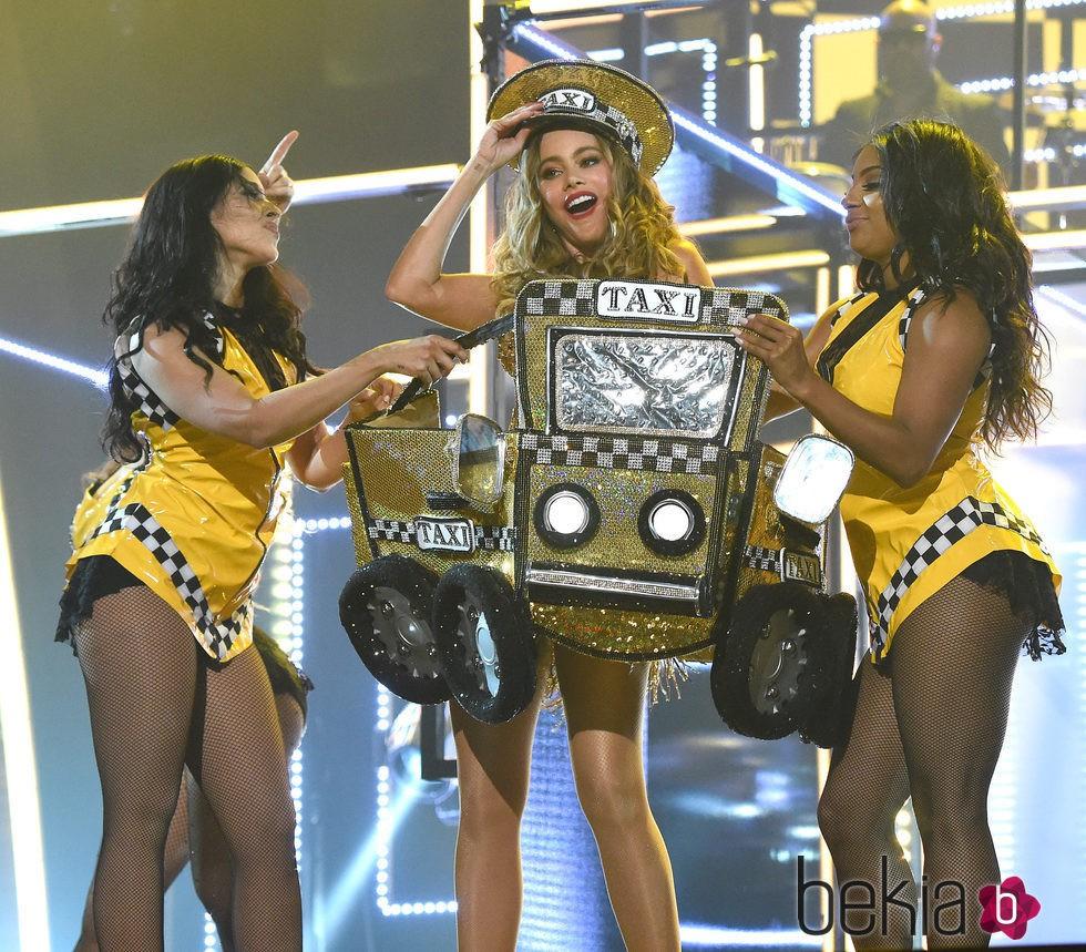 Sofia Vergara bailando 'El Taxi' de Pitbull en los Grammy 2016