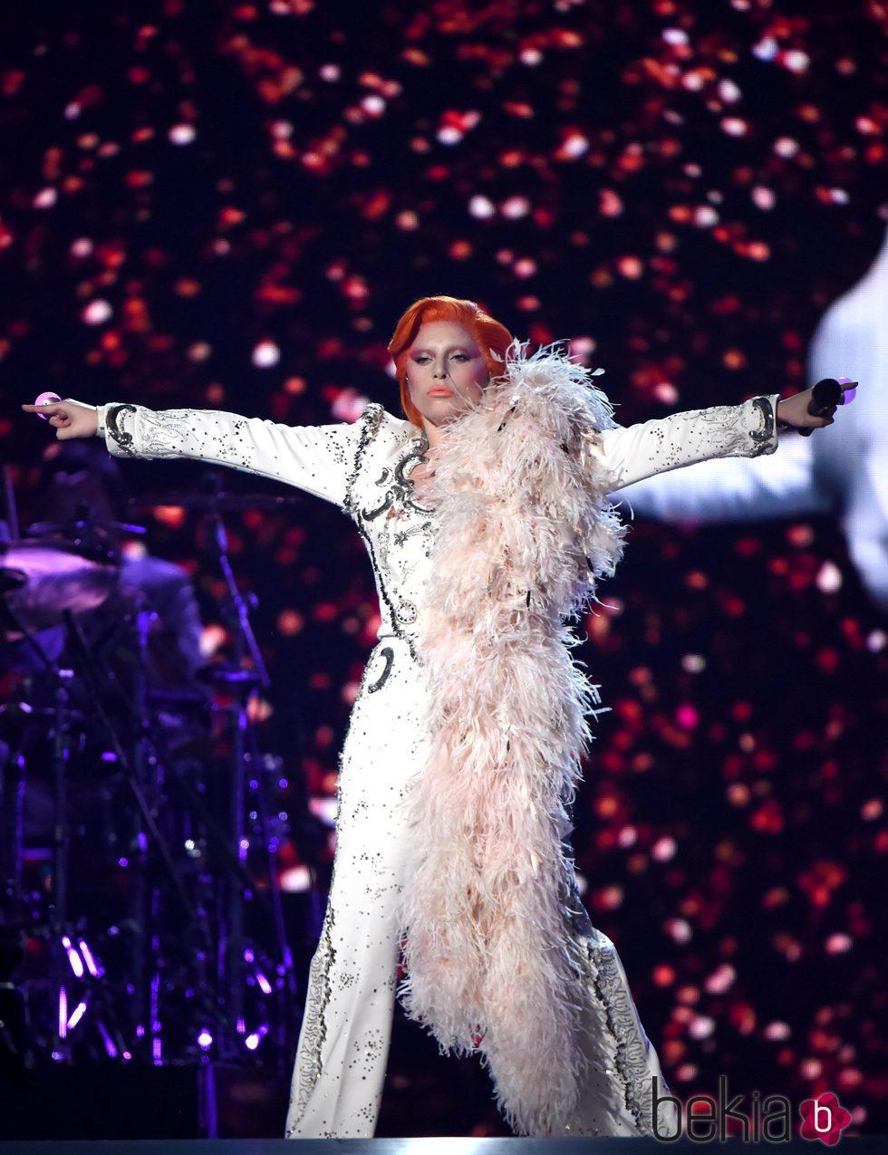 Lady Gaga durante su actuación en los Premios Grammy 2016