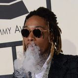 Wiz Khalifa fumando en la alfombra roja de los Grammy 2016