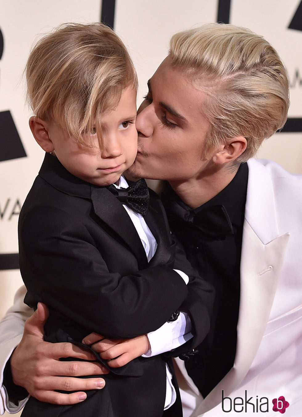 Justin Bieber besando a su hermano Jaxon Bieber en la alfombra roja de los Grammy 2016