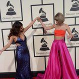 Taylor Swift y Selena Gomez, las más amigas en la alfombra roja de los Grammy 2016