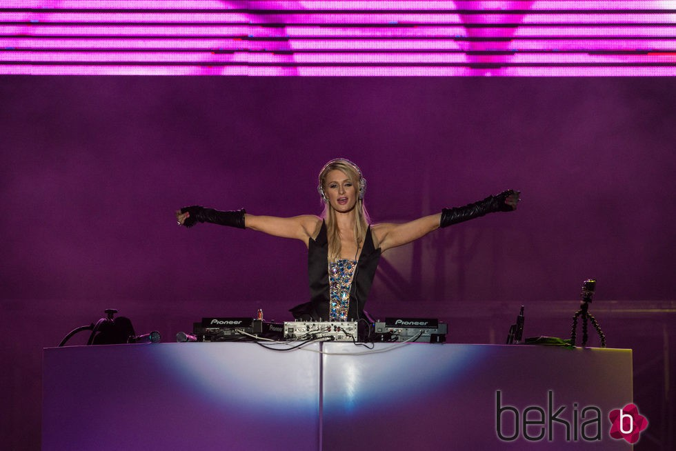 Paris Hilton en su faceta de DJ disfrutando al máximo en una fiesta