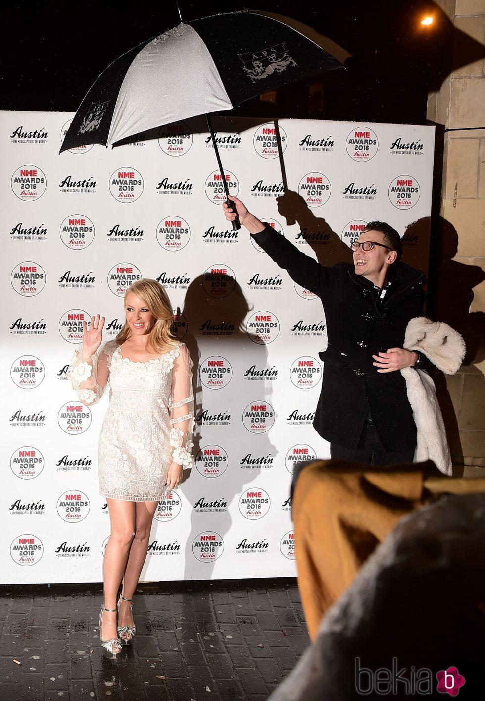Kylie Minogue posando bajo la lluvia en la entrega de los Premios NME 2016 en Londres