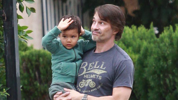 Olivier Martínez con su hijo Maceo en brazos